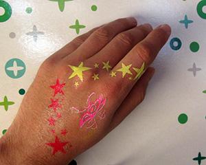 Tatouage fluorescent à la lumière du jour